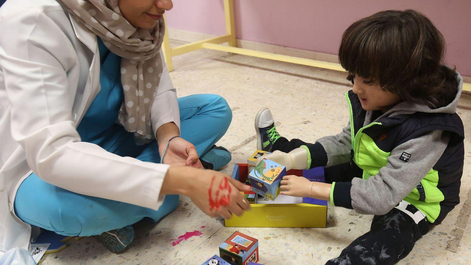 le-petit-rowayd-3-ans-utilise-son-bras-prothetique-pour-jouer-photo-prise-le-16-janvier-2018-dans-un-hopital-de-la-capitale-jordanienne-amman-gere-par-msf_6021654